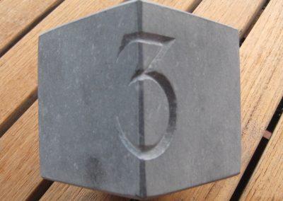 Cijfer in blauwe hardsteen, model kubus 2017