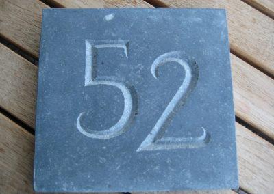 Huisnummer in blauwe steen, vrij werk