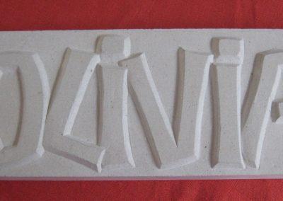 letters in zachte wit steen