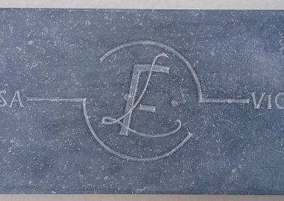Opdracht, initialen en namen in steen